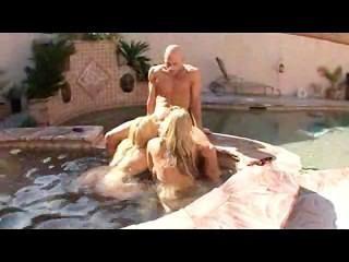 물을 즐기는 2 명의 여성
