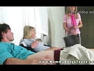 엄마는 젊은 부부에게 prt11을 어떻게 대접하는지 가르칩니다.