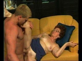 레트로 할머니는 근육질의 스터드에서 뜨거운 핥기를 얻는다.