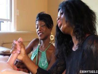 두 명의 장난 꾸러기 흑인 소녀가 흰색 거시기를 괴롭 혔어.