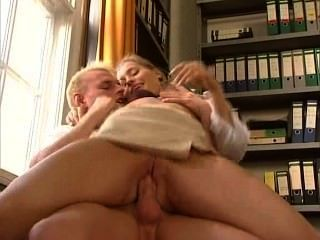 anja 줄리엣 라발 섹시한 독일 비서 그녀의 직장 동료를 성교