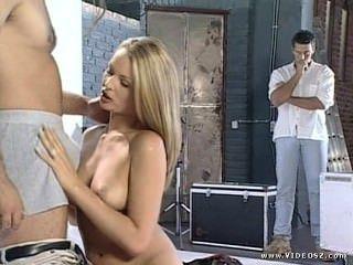닉키 앤더슨 패션 모델 사진 촬영은 3 인 섹스로 바뀝니다.