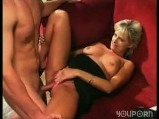 젊은 남자는 대체로 그의 가장 친한 친구 엄마와 섹스를한다.