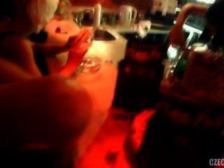 체코 아가씨들이 밤 클럽에서 지내다 프라하의 달콤한 파라다이스
