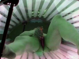 병아리가 일광 욕실에서 스스로 놀다.