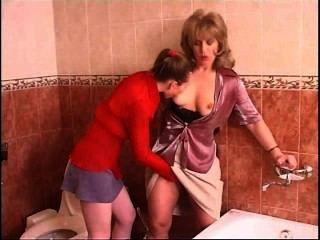 러시아어 십대 레즈비언 욕실에서 성숙한 여인 유혹