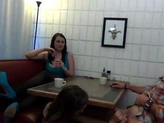 테이블 아래에서 사춘기 footjob와 입으로