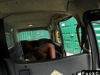 택시 운전사는 흑인 여성을 엿 먹인다.