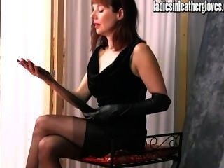 그녀의 단단한 검은 색 가죽 장갑을 끼고 섹시한 모범을 보임