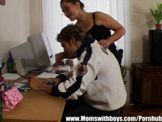 성숙한 교사가 젊은 학생을 유혹하다.
