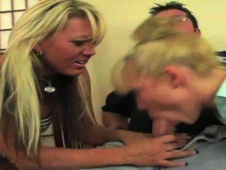 뜨거운 아가씨 섹시한 의붓 딸이 그녀의 촉촉한 사춘기 트 와트 수리 남자를 지불하고있다