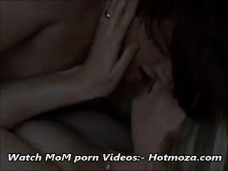 아빠가 hotmoza.com에서 가득 차있는 영상 인 동안 단계 아들 성교 단계 엄마