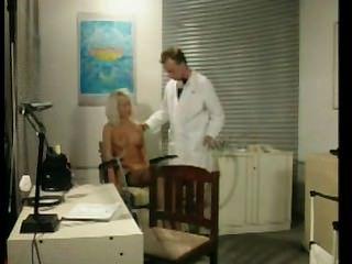 의사 사무실에서 착취당한 벙어리 금발