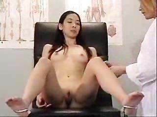 아시아는 그녀의 더러운 의사를 방문합니다.