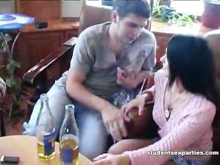 취한 창녀는 2 명의 낯선 사람을 엿 먹인다.