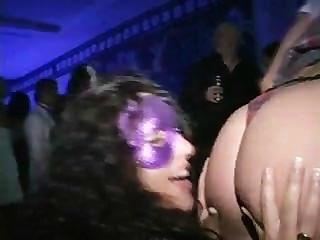 입으 콘테스트 우승자는 댄스 플로어에서 거시기를 빨아 먹는다.
