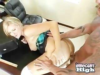 금발 거유 하이틴 그녀의 엉덩이를 뒤에서 박히면서 얻은 때려 줬어.
