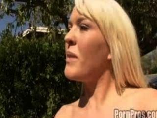 불쾌한 암캐 krizzy 린 그녀의 둥근 엉덩이를 두들겨