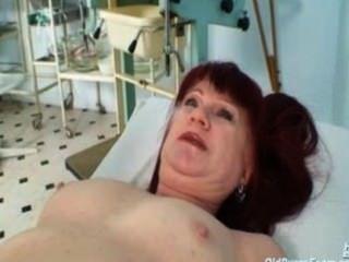 성숙한 오래된 빨간 머리 올가는 진짜 성숙한 고름에 대한 그녀의 gyno 의사를 방문