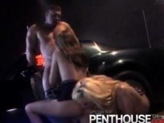 뜨거운 입으로주는 2 명의 섹시한 여자와 삼키는 연인