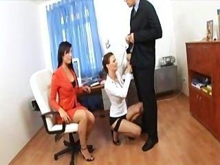 섹시 란제리와 발 뒤꿈치에 두 명의 아가씨와 비서가 3 인조