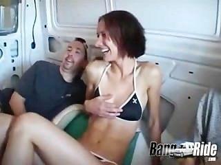 다리 타기에서 드라이브를 즐기고 다리를 펼치고있는 소녀