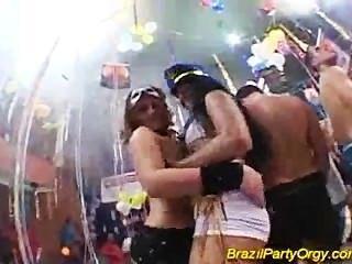 섹시한 흥분한 아가씨와 함께 브라질 파티 그룹 하드 코어 섹스