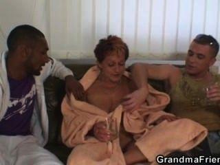 두 명의 친구들이 고약한 할머니를 강타했다.