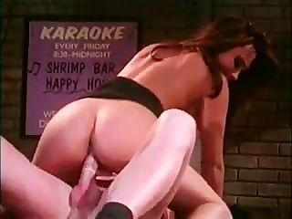 kira kener는 술집에서 섹스를하고 있습니다.