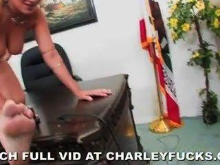 책상에 자국이있는 찰리 체이스