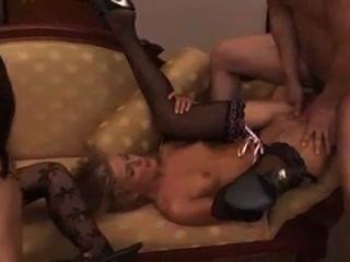3 매춘부가 큰 수탉을 공유