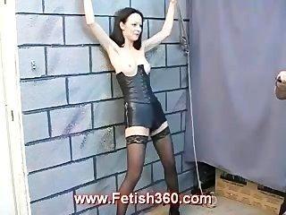 나를 채찍질하고 내 젖꼭지로 놀아 라.