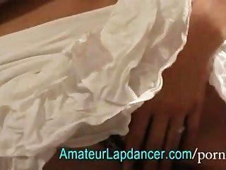 가장 아름다운 갈색 머리 lapdancing는 주름 장식이 달린 드레스 입은