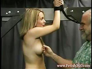 나는 그녀의 젖꼭지를 좋아한다.