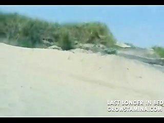 누드 금발이 해변에서 잤다.