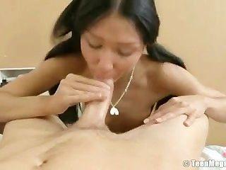 그의 고기는 그녀의 엉덩이에 들어가서 그녀를 아주 잘 손질한다.