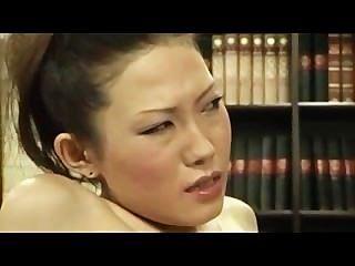레즈비언 보스가 손가락으로 부끄러워하는 여자