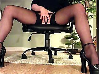 발 뒤꿈치와 스타킹에서 자위의 책상보기 아래 비서