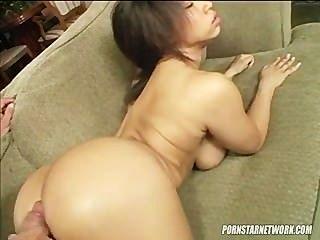 오로라 졸리는 남자가 그녀를 먹기 전에 그녀의 위대한 몸을 보여줍니다.