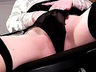 섹시한 근접 촬영 팬티 플레이와 허벅지 높은 스타킹에 자위