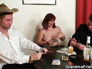 그녀는 포커에서 패하고 두 남자에 의해 엿 보인다.