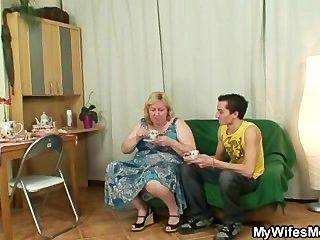 거대한 할머니는 법에 따라 아들에게 두드림을 당한다.