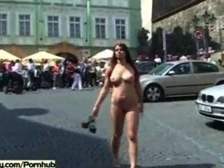 공공 거리에서 벌거 벗은 흥분한 아가씨들