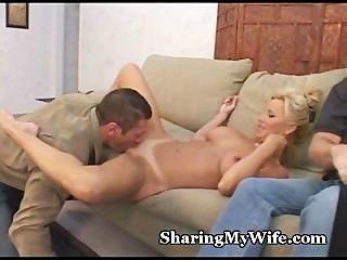 성숙한 부부는 아내를 성교시키기 위해 황소를 모집한다.