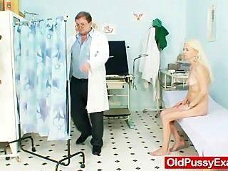 마른 hirsute 할머니 여자 의사 치료