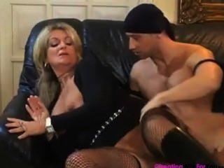 통통한 아내 카롤라는 거친 것을 좋아한다.