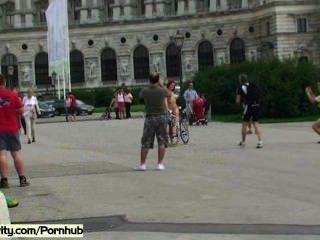 뜨거운 여자애들은 공공 거리에서 벌거 벗은 몸을 보여준다.