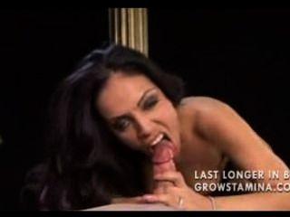 흥분한 매춘부가 거시기를 원한다.