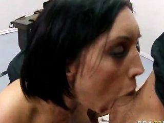 큰 엉덩이 갈색 머리 dylan ryder 그녀의 깊은 목구멍과 음부를 얻을