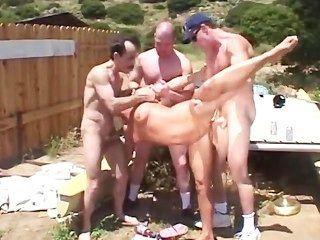 뜨거운 금발과 함께 재미있는 야외 gangbang
